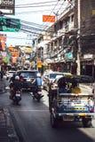 BANGKOK, THAILAND - 10 JUNI, 2015: Verkeer in een klein straatverstand Royalty-vrije Stock Afbeeldingen