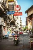 BANGKOK, THAILAND - 10 JUNI, 2015: Verkeer in een klein straatverstand Stock Afbeelding