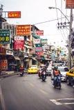 BANGKOK, THAILAND - 10 JUNI, 2015: Verkeer in een klein straatverstand Royalty-vrije Stock Fotografie