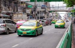 BANGKOK, THAILAND - 1. JUNI: Verschiedenes gemessenes Taxi l?sst an Arun Amarin Rd laufen w?hrend der MorgenHauptverkehrszeit in  stockfotos