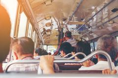 BANGKOK, THAILAND 2. Juni 2017, viele alten Leute benutzen freien Bus durch PO Stockfotos