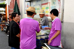 Bangkok, Thailand: Kaufendes Straßen-Lebensmittel Thais stockfotos