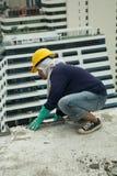 Bangkok Thailand, kvinnaarbetare på överkanten av en byggnadsplats Arkivfoto