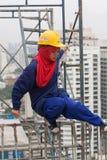 Bangkok Thailand, kvinnaarbetare på överkanten av en byggnadsplats Arkivbilder