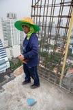 Bangkok Thailand, kvinnaarbetare på överkanten av en byggnadsplats Royaltyfria Foton
