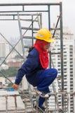 Bangkok Thailand, kvinnaarbetare på överkanten av en byggnadsplats Arkivbild