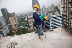 Bangkok Thailand, kvinnaarbetare på överkanten av en byggnadsplats Royaltyfria Bilder