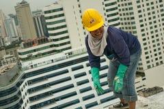 Bangkok Thailand, kvinnaarbetare på överkanten av en byggnadsplats Royaltyfri Fotografi