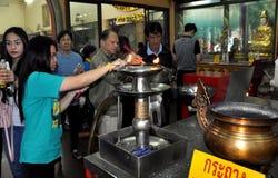 Bangkok Thailand: >Lighting rökelse på den kinesiska templet royaltyfri foto