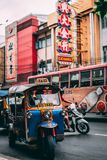 Bangkok Thailand, 12 14 18: Liv i gatorna av kineskvarteret i huvudstaden Hektiskt rusa på gatorna royaltyfri bild