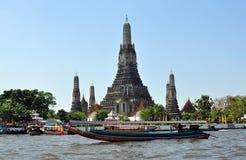 Bangkok Thailand: Longtail fartyg & Wat Arun Royaltyfri Fotografi