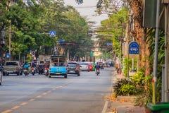 Bangkok, Thailand - 2. März 2017: Ansicht des Verkehrs rot und grün Lizenzfreies Stockbild