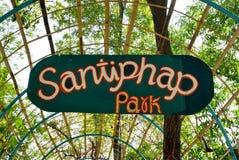 BANGKOK, THAILAND - 11. MÄRZ 2017: Eine Wegweise und ein grüner Wald Stockfotografie