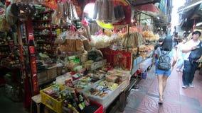 Bangkok, Thailand - 6. März 2018: Gehen durch einen lokalen Markt in Bangkok-` s Chinatown stock footage
