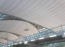 BANGKOK, THAILAND - 4. MÄRZ 2017: Innenarchitektur der Decke internationalen Flughafens Suvarnabhumi Stockbild