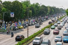 BANGKOK, THAILAND - 17. MÄRZ: Mehrfache Zeichen des politischen Kandidaten gespammt entlang die Straße auf Petchkasem Rd in Bangk lizenzfreie stockbilder