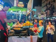 Bangkok, Thailand - 2. März 2017: Straßenlebensmittelverkäufer, der a kocht lizenzfreies stockfoto