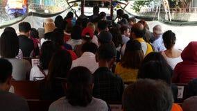 BANGKOK, THAILAND - 18. MÄRZ 2019: Wat Sri Bunruang-Wassertor Anonyme Leute, die auf Boot reisen Hintere Ansicht von stock video footage