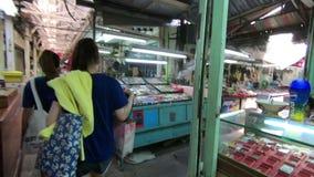 Bangkok, Thailand - Maart 5, 2018: Algemene mening van amulettenmarkt in Tha Phra Chan stock videobeelden