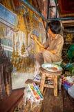 BANGKOK, 29 THAILAND-MAART: De kunstenaarsschilder schildert en herstelt de oude muurschilderingverf die meer dan 200 jaar in Wat  Royalty-vrije Stock Foto