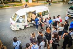 Bangkok, Thailand - Maart 8, 2017: De menigte van passagiers is queui Stock Foto's