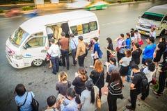 Bangkok, Thailand - Maart 8, 2017: De menigte van passagiers is queui Royalty-vrije Stock Fotografie