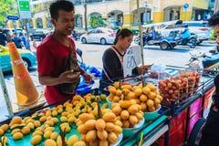 Bangkok, Thailand - Maart 2, 2017: De verkoper van het Plangofruit in Bangko Stock Foto