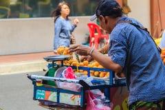 Bangkok, Thailand - Maart 2, 2017: De verkoper van het Plangofruit in Bangko Stock Fotografie