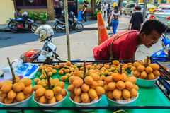 Bangkok, Thailand - Maart 2, 2017: De verkoper van het Plangofruit in Bangko Royalty-vrije Stock Afbeelding