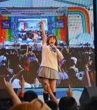 Kazumi van Sony Music voert levend overleg in eenvormige school uit, Royalty-vrije Stock Afbeeldingen