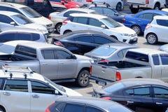 BANGKOK, THAILAND - MAART 15,2019: Vele auto's die in het openluchtparkeerterreingebied parkeren stock afbeeldingen