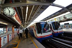 Bangkok, Thailand - 6. Mai 2011: Leutequeing, -Schlangestehen wartend und in BTShimmelzug an Mochit-Station im Mai gehend Lizenzfreies Stockbild