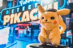 Bangkok, Thailand - 2. Mai 2019: Pikachu-Puppenanzeige durch Pokemon-Detektiv-Pikachu-Animationsfilmhintergrund im Filmtheater stockbild