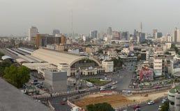 BANGKOK THAILAND - 20. MAI: Skyline und Verkehr bei Hua Lumphong Stockfotografie