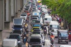 BANGKOK, THAILAND - 24. MAI 2016: Verkehr bewegt sich langsam entlang ein b Lizenzfreies Stockbild