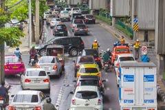 BANGKOK, THAILAND - 24. MAI 2016: Verkehr bewegt sich langsam entlang ein b Lizenzfreie Stockbilder
