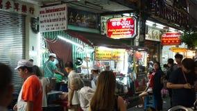 Bangkok Thailand - Maj 3, 2018: Bilar och shoppar på den Yaowarat vägen med dess upptagna trafik arkivfilmer