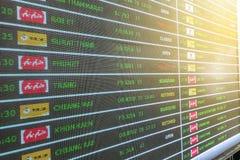 Bangkok Thailand - Maj 1, 2019: Bräde för schema för schema för flygankomstavvikelse digitalt royaltyfria foton