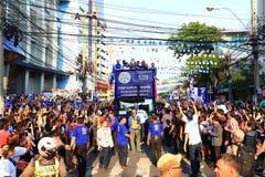 Bangkok THAILAND - Maj 19, 2016: Den Leicester staden ankommer i Bangkok till hjältar på den Sukhumvit vägen i Maj 19, 2016 bangk Arkivbilder