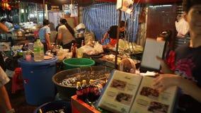 Bangkok Thailand - Maj 3, 2018: Folk som äter middag i området Det finns lotter av shoppar, och mat stannar på trottoaren på Kina lager videofilmer
