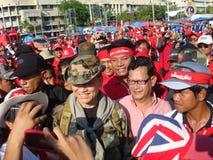 Bangkok Thailand - 03 14 2010 Maj Gen Khattiya Sawasdipol, wijd als is zij wordt bekend Daeng aanwezig bij een Rood Overhemdenpro Stock Fotografie