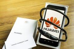 Bangkok Thailand - Maj 23, 2019: Huawei telefoner med avkodare p? konstgjord tr?durk i hemmet, Huawei s?kerhetsproblem, buss stock illustrationer