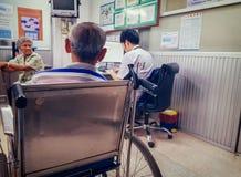 BANGKOK THAILAND - MAJ 15: Oidentifierad äldre patientväntan f royaltyfria foton