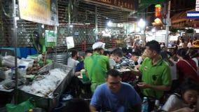 Bangkok Thailand - Maj 3, 2018: Sikt av den Kina staden i Bangkok Folk som äter middag i området lager videofilmer