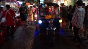 Bangkok Thailand - Maj 3, 2018: Sikt av den Kina staden i Bangkok Tuk tuk och trafik är på vägen stock video