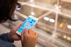 Bangkok Thailand - Maj 16, 2018: social medial app-iPhone mobil royaltyfri bild