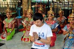 Bangkok Thailand: Man som ber på den Erawan relikskrin Arkivbilder