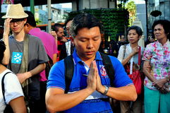 Bangkok Thailand: Man som ber på den Erawan relikskrinen Royaltyfri Foto
