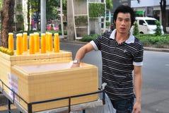 Bangkok Thailand: Man som säljer orange fruktsaft Arkivfoto