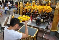 Bangkok, Thailand: Mann am Erawan Schrein lizenzfreies stockbild